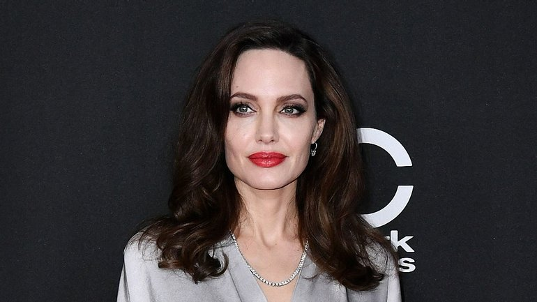 Анделина Джоли с мини-платье произвела фурор - фото 1
