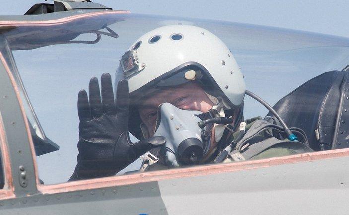 Порошенко обещает летчикам сладкую жизнь - фото 1