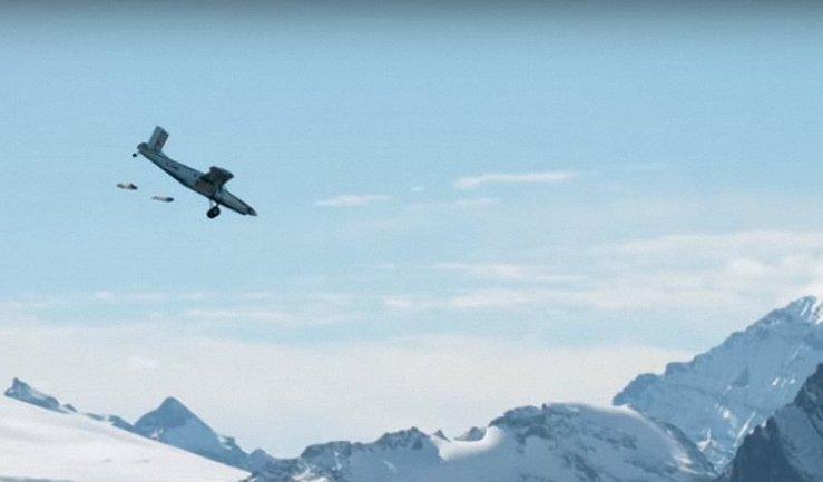 Двое экстремалов побили спрыгнули с горы и попали в летящий самолет - фото 1