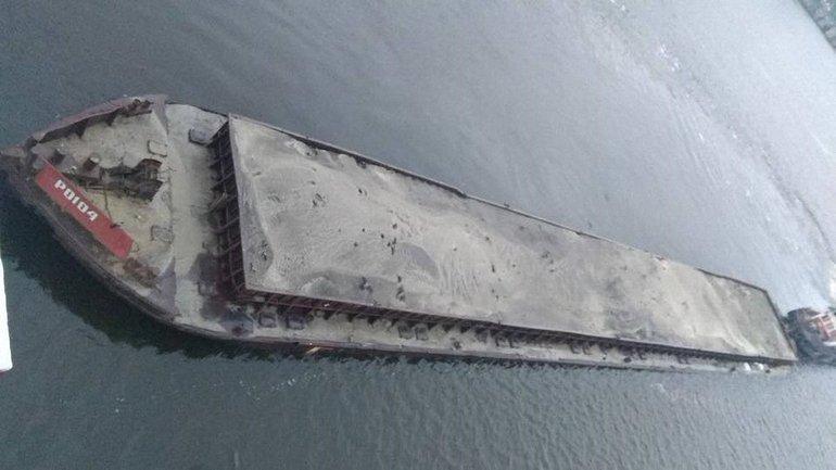 Баржа с песком врезалась в пешеходный мост - фото 1