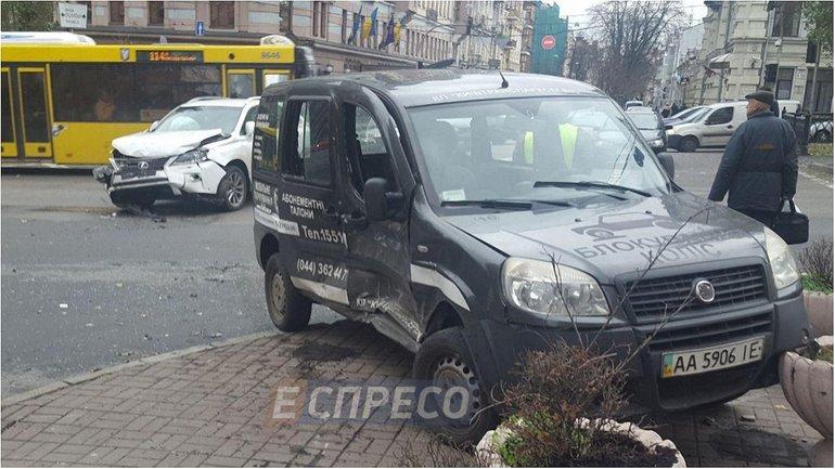 В центре Киева столкнулись два автомобиля - фото 1