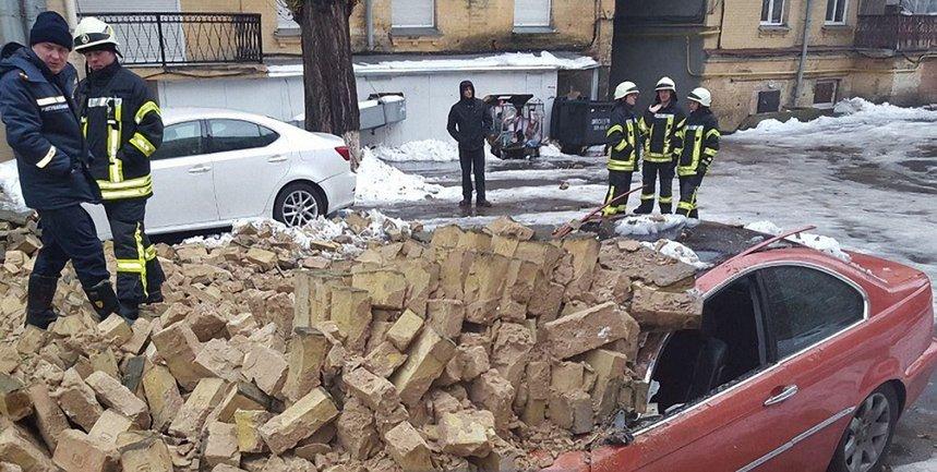 В центре Киева на машины обвалилась стена между домами - фото 1