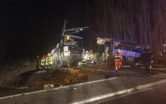 Во Франции 4 детей погибло при столкновении поезда и автобуса  - фото 1