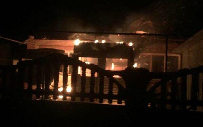 В Новолуганском пожары из-за обстрелов  - фото 1