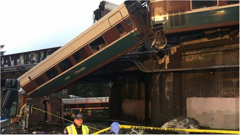 В США поезд упал на шоссе - фото 1