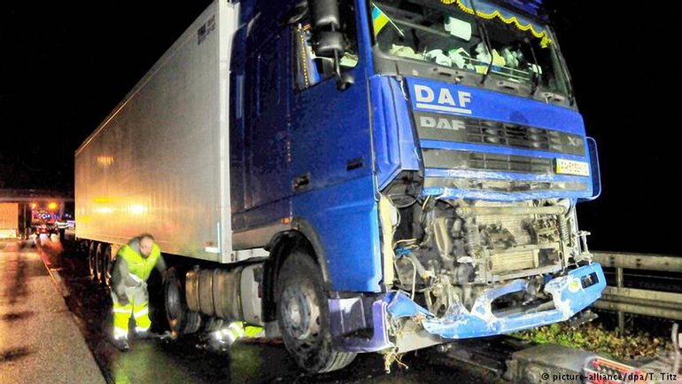 40-тонный грузовик на полном ходу врезался в машину полицейских в Германии - фото 1