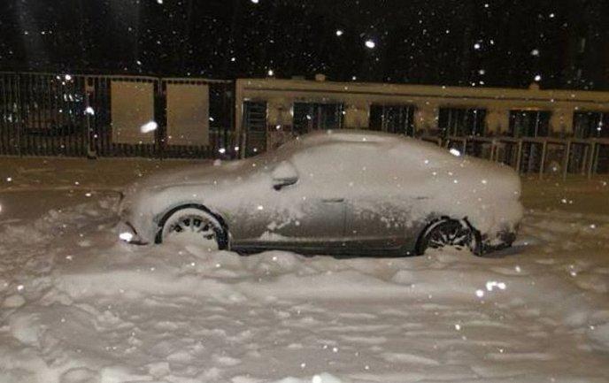 Во время уборки снега мужчина нашел гранату - фото 1