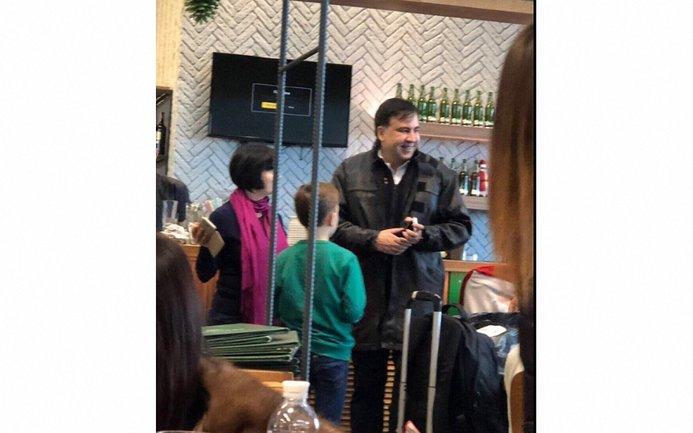 Саакашвили заметили в аэропорту Киева вместе с семьей - фото 1