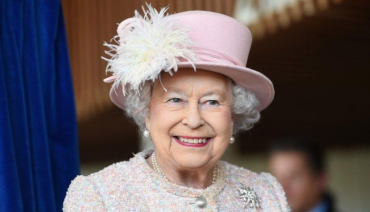 Елизавета II  может не прийти на свадьбу любимого внука - фото 1