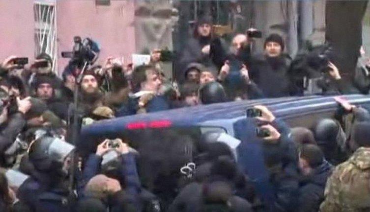 Машину с Саакашвили заблокировали протестующие - фото 1