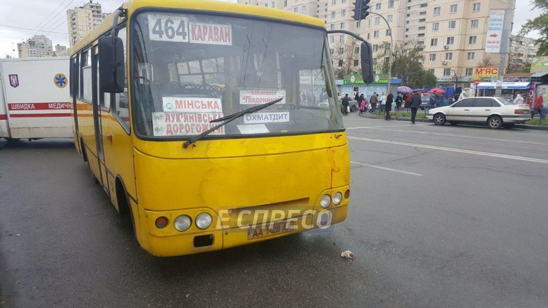 "На ""Героев Днепра"" маршрутка сбила 2 человек - фото 1"