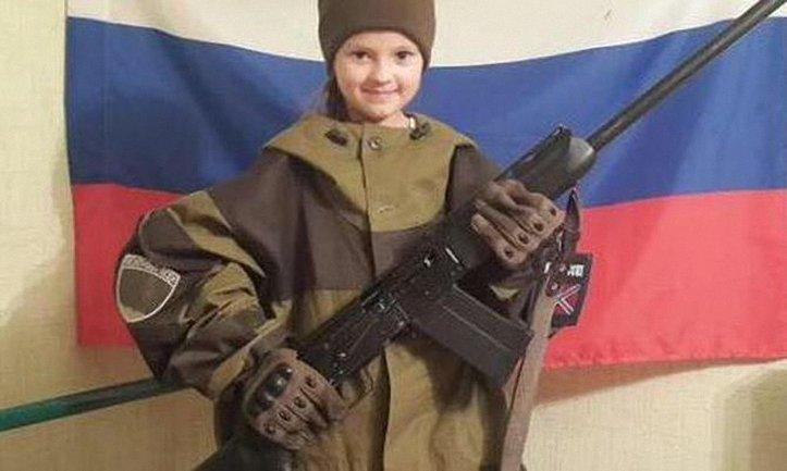"""Школьников в """"ЛНР"""" заставляют фотографироваться в форме и с оружием - фото 1"""