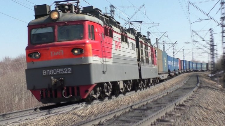 Грузовой поезд мог сойти с рельс в России - фото 1