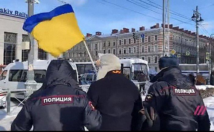 В Петербурге задержали активиста с флагом Украины - фото 1