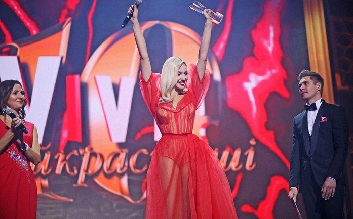 У Оли Поляковой прямо на сцене порвалось платье - фото 1