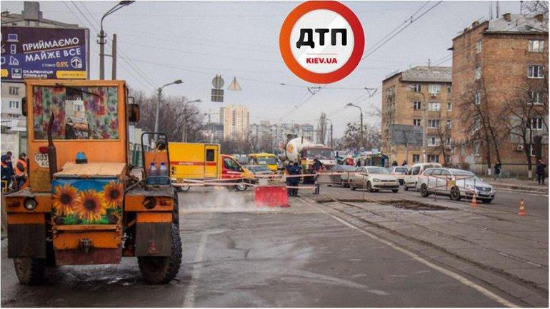 На ул. Бориспольской прорвало трубу  - фото 1