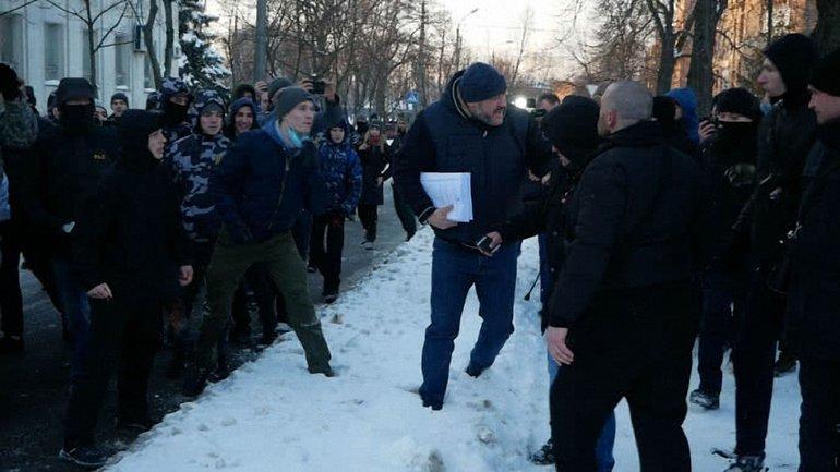 Крысина встретили активисты под судом - фото 1