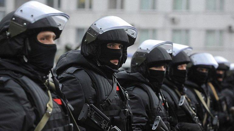В Москве активистку задержали за сине-желтую ленточку - фото 1