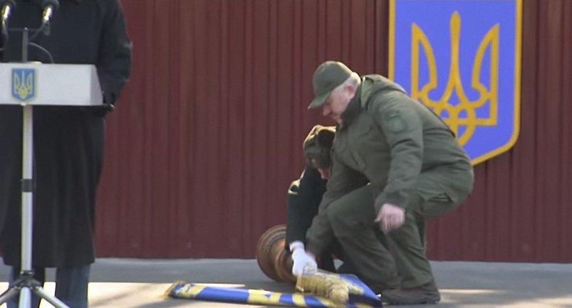 Солдат почетного караула упал за спиной Порошенко - фото 1