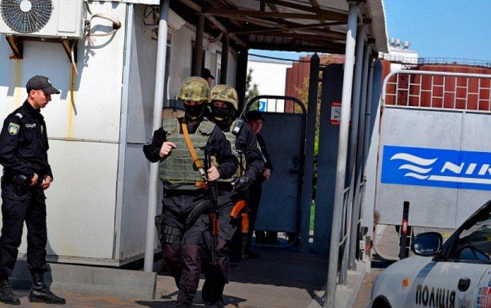 Стражи порядка заблокировали работу порта Фирташа - фото 1