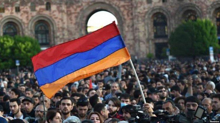Протестующие в Армении добились отставки властей - фото 1