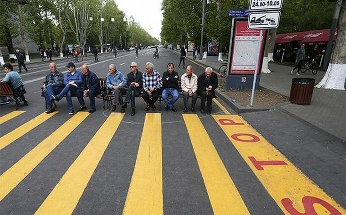 Улицы Еревана перекрыли протестующие - фото 1