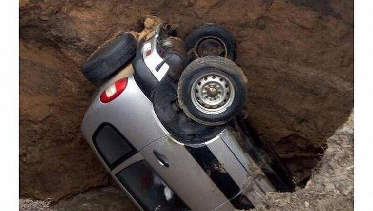 Авто ушло под землю из-за очередного коммунального провала - фото 1