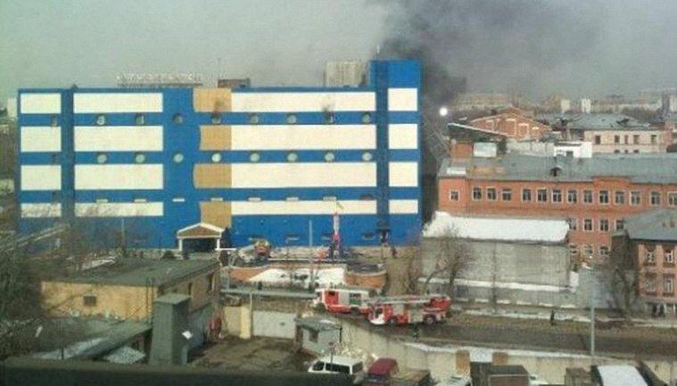 В Москве горит торговый центр - фото 1
