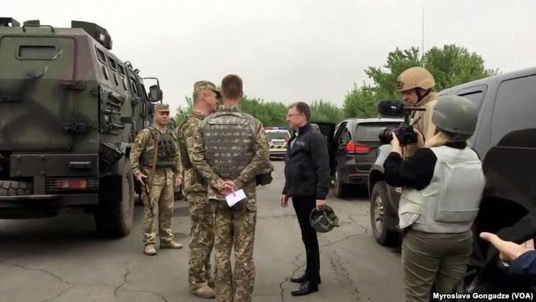 Курт Волкер во время посещения зоны конфликта на Донбассе, май 2018 года - фото 1