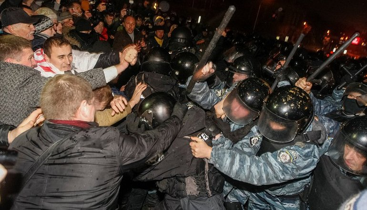 """""""Беркут"""" разгонял мирную акцию 30 ноября 2013 года - фото 1"""