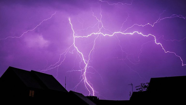 Ночью в Великобритании ударили более 15 тысяч молний - фото 1