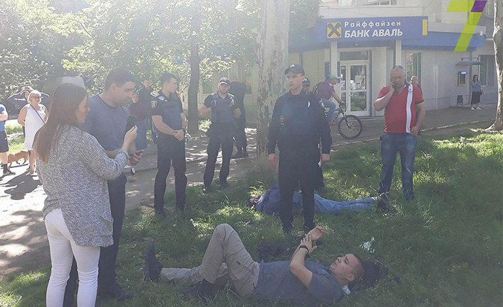 В Одессе напали на активиста Стерненко (лежит на переднем плане) - фото 1