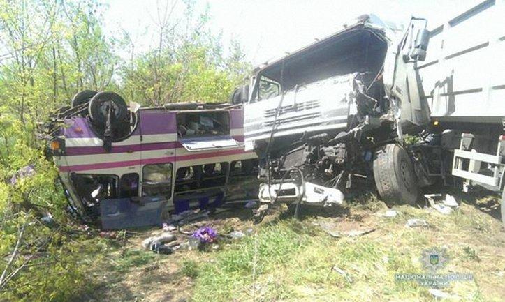 В жуткой аварии под Николаевом пострадали 19 человек - фото 1