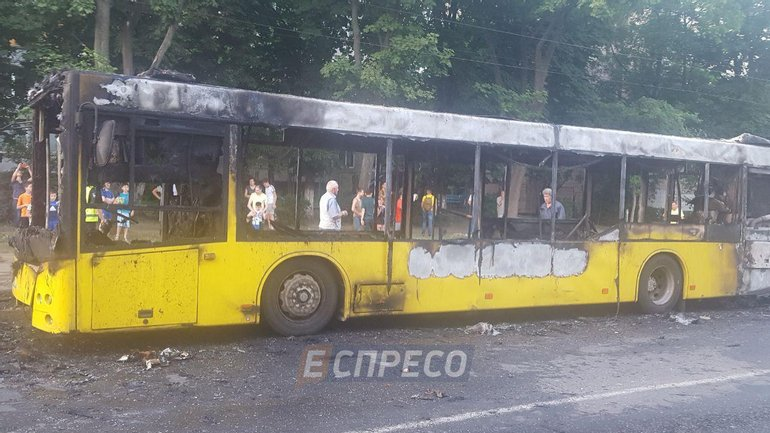 В Киеве сгорел автобус - фото 1