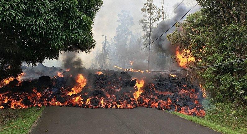 Извержение вулкана происходит на фоне сейсмической активности в регионе - фото 1