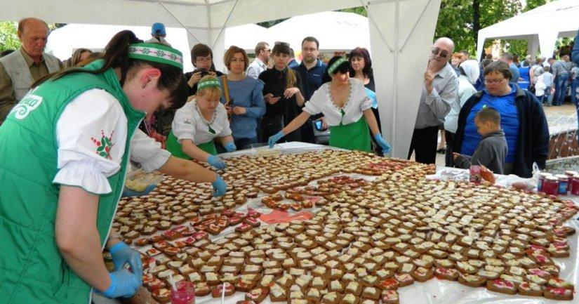 В Виннице приготовили огромный бутерброд с салом  - фото 1