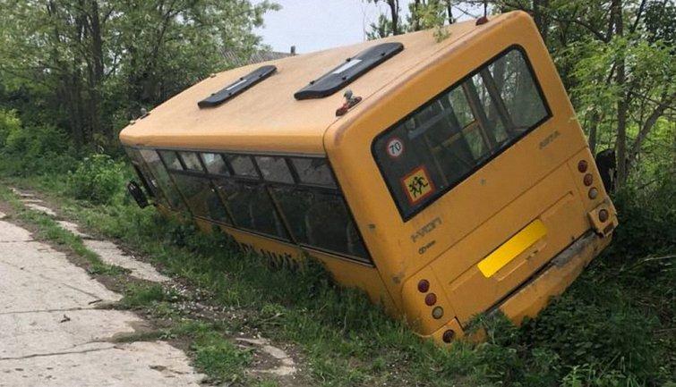 Автобус слетел в кювет из-за отказавших тормозов - фото 1