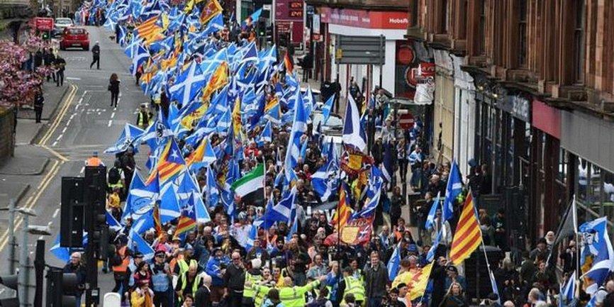 В столице Шотландии Глазго акции за независимость от Великобритании. - фото 1