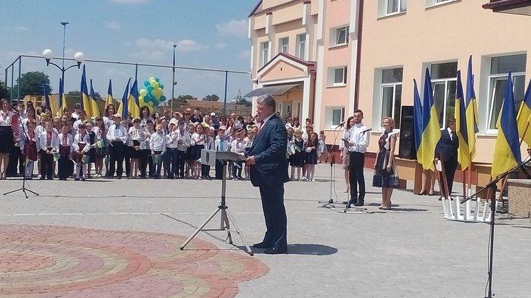 Порошенко приехал в лицей в Ивано-Франковской области - фото 1