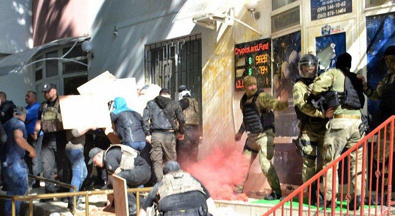 Активисты забросали офис частной фирмы камнями, яйцами и помидорами - фото 1