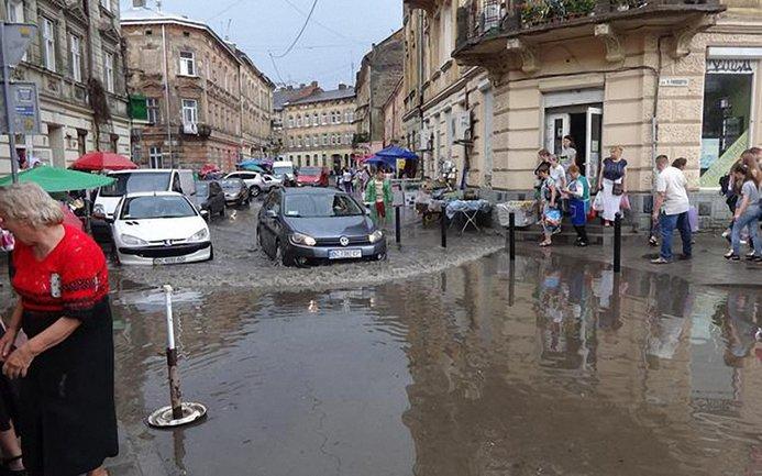 Дождь с градом наделали немало бед во Львове - фото 1