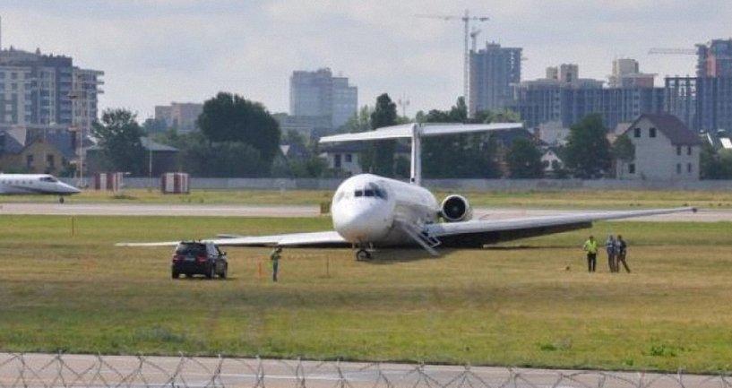 Пассажиры сами выбили дверь и выпрыгивали из самолета - фото 1