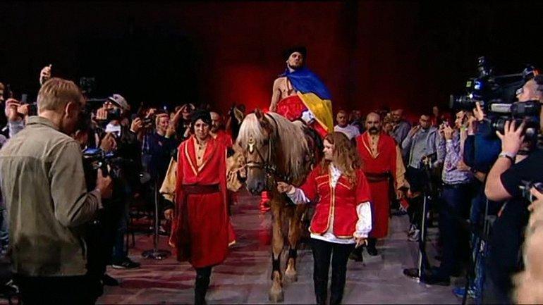 Украинский боксер Беринчик выехал на ринг верхом на коне - фото 1