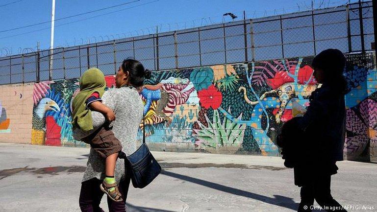 Более 500 детей-беженцев передали родителям на границе США - фото 1