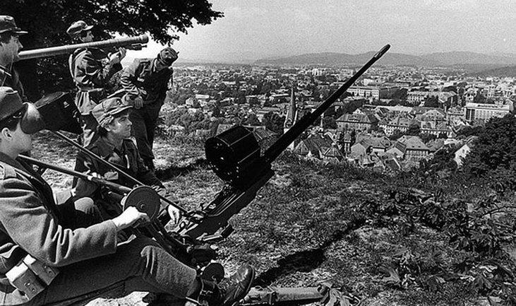 Солдаты словенской армии на боевом дежурстве, лето 1991 - фото 1