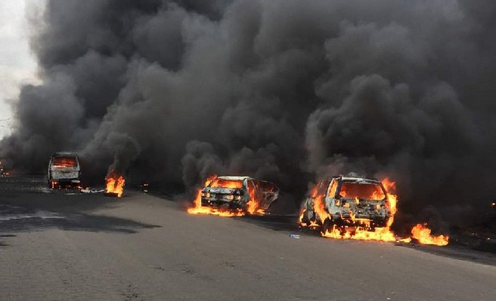 В Нигерии на мосту взорвалась цистерна с топливом - фото 1