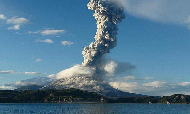 В Индонезии вулкан выбросил пепл  - фото 1