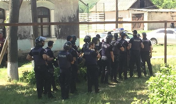В Одесской области на избирательном участке пострадали полицейские - фото 1