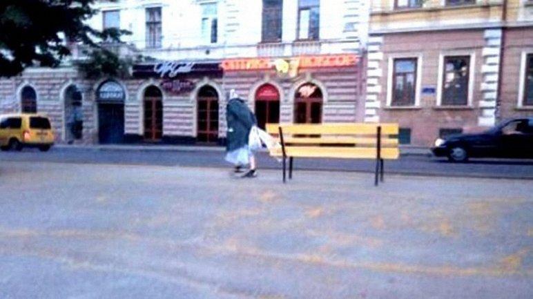 Женщина по привычке стащила лавочку в центре Черновцов - фото 1
