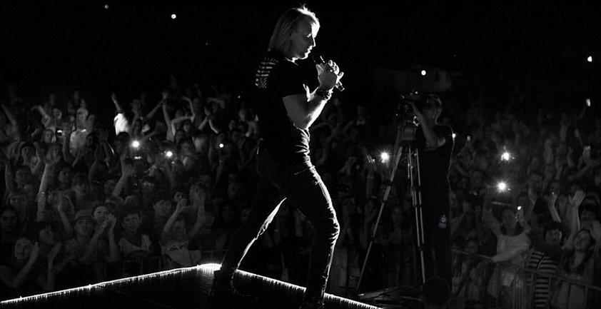 Фанатки Олега Винника снесли все преграды до своего кумира на концерте в Полтаве - фото 1